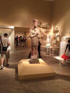 Estatua egipcia en piedra.