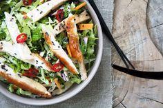 Opskrift på nem og enkel vietnamesisk inspireret super lækker asiatisk kyllingesalat med skøn smag og gode krydderier - opskrift her