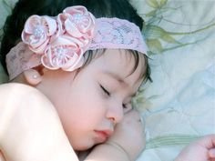Faixa para bebê em renda rosa,  flores de cetim com mini perolas. super confortável, não machuca a cabecinha do bebe. Deixe sua princesa ainda mais linda. R$ 24,90