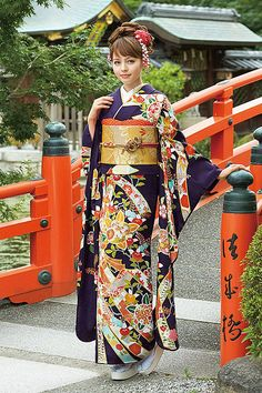 The golden bow make the kimono stand out and makes it shine, it has good contrast. Traditional Japanese Kimono, Traditional Dresses, Japanese Outfits, Japanese Fashion, Geisha, Kabuki Costume, Yukata Kimono, Kimono Design, Japanese Costume
