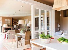 Separar la cocina del salón con puerta corredera de cristal. Una casa donde triunfa la comodidad · ElMueble.com · Casas