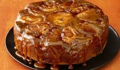 Ingrediente 10 mere 1 borcan dulceata, dupa gust 200 g zahar 5 oua 5 linguri faina 5 linguri zahar 5 linguri ulei esenta de vanilie 1 plic praf de copt 500 ml frisca fructe Cum se prepară? Caramelizezi 200 g zahar in cratita in care vei prepara tortul, dar sa nu il arzi prea rau …