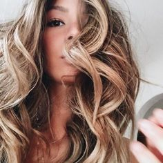 HOLIDAY HAIR INSPIRATION LIVED IN COLOR™ Carmel Tones, warm for the holidays. Johnny Ramirez • IG: @johnnyramirez1 • Appointment inquiries please call Ramirez Tran Salon in Beverly Hills at 310.724.8167. #hair #besthair #beachhair #johnnyramirez #highlights #model #ramireztransalon #beauty #blonde #highlights #caramel #holiday #blondehair #beautifulhair #ramireztran #ramireztransalon #johnnyramirez #sexyhair #livedinhair #livedincolor #livedinblonde #sexyhair #holidayhair #besthair…