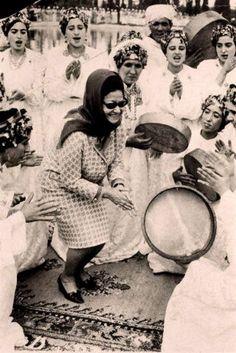 Oum Kalthoum with Amazigh ahidous dancers in Morocco, 1968