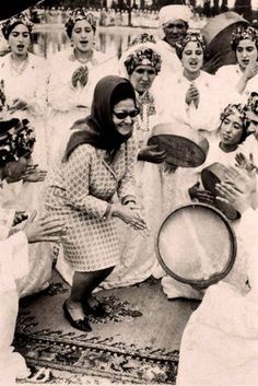 Oum Kalthoum with Amazigh ahidous dancers in Morocco, 1968