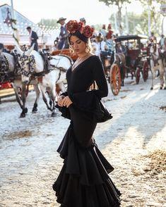 Spanish style – Mediterranean Home Decor Spanish Woman, Spanish Style, Rosa Style, Fiesta Outfit, Flamenco Dancers, Flamenco Dresses, Spanish Fashion, Gala Dresses, Beautiful Gowns