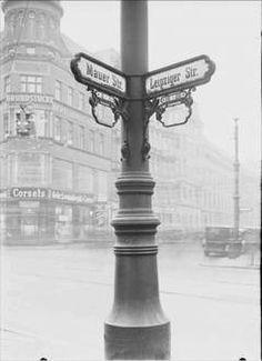 Berlin - Die Straße: Straßenmast Leipziger - Mauer Straße 1930