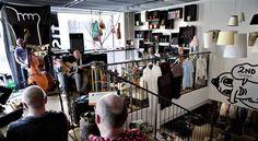 Cafe Nutid er en nonprofit cafe, der kombinerer loppeshopping med hyggelig cafe stemning. Her er billig Øko fairtrade kaffe/Chai/Latte (for en 10'er), juicer fra Søborggård, øl fra Nørrebros Bryghus, lidt brød, kage, snacksplads, gratis trådløst internet, dagens avis og somme tider live optræden. Adressen er: Sankt Peders Stræde 1, 1453 København K