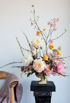 Here's how to make the perfect Spring flower arrangement. #weddingflowerarrangements