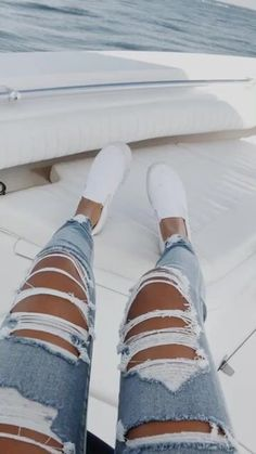 to wear Ripped Jeans ♡⋮ 𝓉𝒽𝑜𝓉𝒾𝒸 𝒶𝓃𝑔𝑒𝓁 𝘪𝘴 𝘵𝘺𝘱𝘪. ♡⋮ 𝓉𝒽𝑜𝓉𝒾𝒸 𝒶𝓃𝑔𝑒𝓁 𝘪𝘴 𝘵𝘺𝘱𝘪𝘯𝘨. Teenage Outfits, Teen Fashion Outfits, Outfits For Teens, Trendy Outfits, Fall Outfits, Summer Outfits, School Outfits, Cute Jeans, Cute Ripped Jeans Outfit
