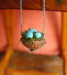 Ein Mini-Nest basteln aus dem Hütchen einer Eichel mit blauen Eiern und Moos