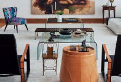 Apartamento tem móveis baixinhos e decoração atemporal.