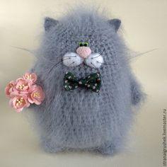 Купить или заказать Мохеровый кот. в интернет-магазине на Ярмарке Мастеров. Кот связан из мохера. В лапке он лежит букетик цветов. На шейке бабочка. Возможны вариант другой цветовой гаммы : рыжий,чёрный, белый,серый. Оригинальный подарок .