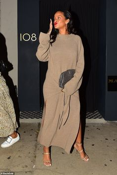 Rihanna flaunts her style in a beige sweater dress in Santa Monica - Rihanna flaunts her casually cool style in a sweater dress with thigh-high slit for dinner in LA Rihanna Casual, Rihanna Outfits, Rihanna Style, Saint Michael, Aaliyah, Santa Monica, Madonna, Her Style, Cool Style