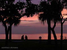 ◇◇ オートバックススナップ ◇◇ スタッフが取ったナイスショット! アラハビーチの夕暮れです。 恋人同士が語り合う?! 美しく、幻想的。心が癒される 景色に思わず時を忘れてしまいそう。