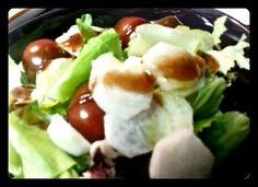 Ensalada con cherry y queso. Gourmet Bilbao Tahona Artesanal.