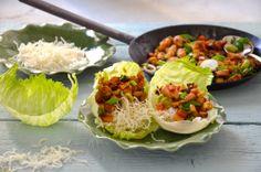 Hähnchen Stir-Fry in Salatwrap mit Shitake Pilzen, Wasserkastanien und crispy Glasnudeln