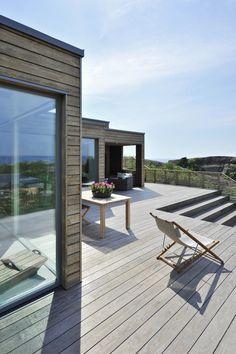 I et vakkert naturlandskap lengst sør på halvøya Tjøme troner en moderne hytte…