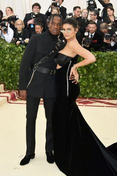 Kylie Jenner and Travis Scott have debuted as a couple at the Met Gala 2018 Kylie Jenner Met Gala, Moda Kylie Jenner, Looks Kylie Jenner, Kylie Jenner Style, Met Gala Outfits, Outfits Dress, Classy Hair, Rihanna, Travis Scott Kylie Jenner