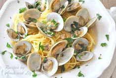 Little Neck Clams in Wine and Garlic Broth. If you love seafood dishes then you'll love little neck clams steamed in a white wine and garlic broth. Clam Recipes, Fish Recipes, Asian Recipes, Healthy Recipes, Ethnic Recipes, Seafood Recipes, Garlic White Wine Sauce, White Clam Sauce, Wine Butter