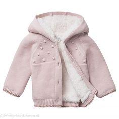 Het baby vest Conroe van Noppies met capuchon is gebreid en voorzien van voering… Baby Vest, Baby Room, Raincoat, Hoodies, Sweaters, Jackets, Fashion, Rain Jacket, Down Jackets