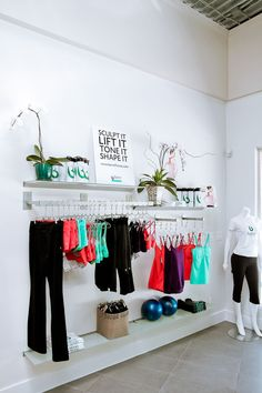 Tonic Lifestyle Apparel – sold at the studio! Tonic Lifestyle Apparel – sold at the studio! Boutique Interior, Ideas De Boutique, Yoga Studio Design, Yoga Studio Interior, Tanzstudio Design, Store Design, Floral Design, Retail Wall Displays, Studio Pilates