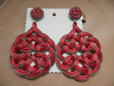 pendientes artesanos de laceria. modelo R5. en dos colores. personalizados. Precio 35 euros Diy Earrings, Crochet Earrings, Celtic Knot Tutorial, Diy Jewelry, Jewelry Design, Passementerie, Macrame Design, Macrame Knots, Wooden Beads