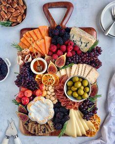 Charcuterie Recipes, Charcuterie Platter, Charcuterie And Cheese Board, Cheese Boards, Charcuterie Vegetarian, Cheese Platters, Food Platters, Tapas, Snack Platter