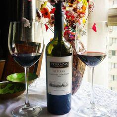 Terrazas Reserva Cabernet Sauvignon 2010. Como estamos no nosso Evento de Vinhos de Verão, a ideia original era um Pinot Noir, mas o clima em São Paulo simplesmente não colaborou. Aí a solução foi abrir esse velho amigo que estava na adega. =)  Conheça www.vivaovinho.com.br/  #vinho #vivaovinho #winelovers #dicasdevinhos #wine #winetasting #adega #degustação #winetips #fotooficialvov #argentina #vinhoargentino #cabernetsauvignon #vinhosdeverao…