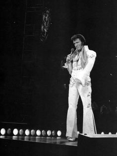 Elvis - Aloha from Hawaii 1973 Elvis Presley Memories, Elvis Presley Photos, John Lennon Beatles, The Beatles, Elvis Aloha From Hawaii, Photo To Video, King Of The World, Buddy Holly, Chuck Berry