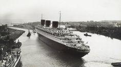Départ du paquebot Normandie du bassin de Penhoët à Saint-Nazaire en mai 1935.