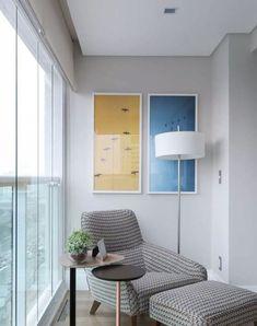 como decorar varanda pequena cantinho da leitura. varanda fechada em apartamento. sacada fechada em apartamento pequeno. poltrona com apoio para pés.