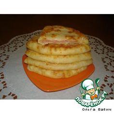 """Ингредиенты для """"Сырные лепешки за 5 минут"""" Кефир — 1 стак. Соль — 0,5 ч. л. Сахар — 0,5 ч. л. Сода — 0,5 ч. л. Сыр твердый (тертый) — 1 стак. Ветчина (или колбаска, или сосиски, тертые на терке) — 1 стак. Мука — 2 стак."""