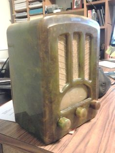 Emerson AU-190 Marbleized Green Tombstone Radio | Collectors Weekly