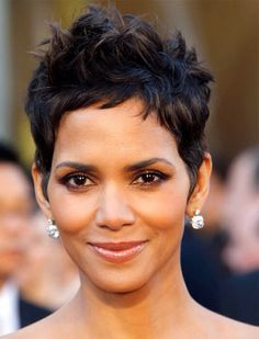 Halle Berry, her hair! Halle Berry Short Hair, Short Sassy Hair, Short Hair Cuts, Halle Berry Pixie, Short Afro, Halle Berry Haircut, Pixie Cuts, Halle Berry Hairstyles, Oval Face Hairstyles