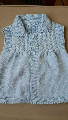 How To Knit A Collar Baby Vest With Twirl And Pearl Trim. 4 years – Birgül Arar – Join in the world of pin Baby Boy Knitting Patterns, Baby Sweater Patterns, Knitting For Kids, Baby Patterns, Knit Patterns, Knitting Blogs, Knitting Designs, Baby Girl Dresses, Baby Dress
