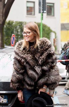 Уличные модницы в мехах