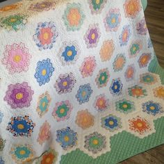 Vintage #grandmothersgardenquilt #hexies blogged about for Vintage Quilt Thursday last week. Amazing hand quilting