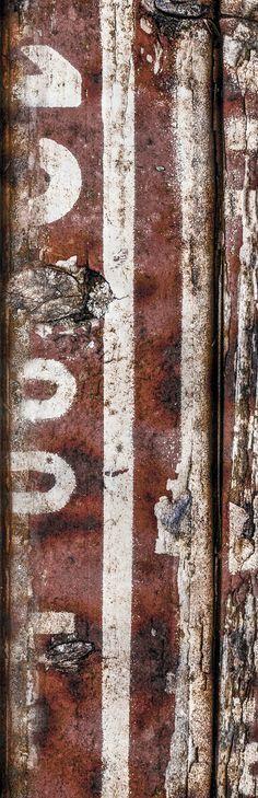 Sign of the Past #05. Bij monumenten zijn aan binnen- en buitenzijde symbolen en iconen zichtbaar. In de vorm van ornamenten, reliëfs en schilderingen. Ook de monumenten zelf hebben een iconische, historische en symbolische waarde. Hoewel men zich dat vaak niet realiseert, geldt dit ook voor industrieël erfgoed.  In het industriële zijn vaak lettertekens en cijfers te zien die een code vormen, die vaak nietszeggend op mensen overkomt. Vorm en achtergrond leveren een aansprekend beeld op.