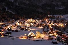 「白川郷」は、毎年1~2月にかけてライトアップされます。2015年は計7回実施されたライトアップ。この幻想的な光景をひと目見ようと、沢山の見物客で賑わいます。
