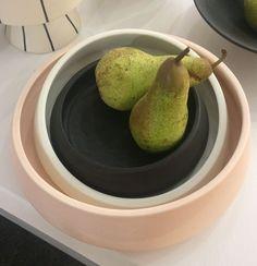 """Schalenset """"Oblique"""" von Mani Ceramics."""