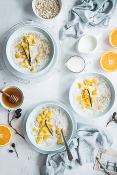 We love this porridge recipe from Bea's Cookbook - a great, nutritious and filing start to your day. The addition of tropical fruit means this winter favourite can be enjoyed in summer too. Breakfast And Brunch, Healthy Oatmeal Breakfast, Breakfast Porridge, Breakfast Dessert, Healthy Breakfast Recipes, Breakfast Photography, Food Photography, Overnight Oats, Winter Food