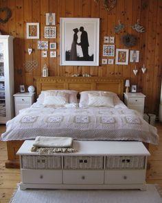 ako vyzera postel z dreva s bielym nabytkom