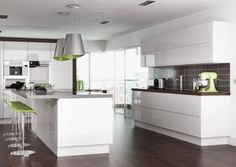 Hochglanz Küche Weiss dunkelgrauer fliesenspiegel grüne barhocker