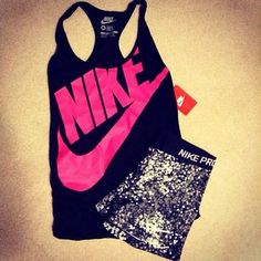 Loose tanks and sports bras are always a great combination when working out. Stylish and room to breathe, perfect ♥