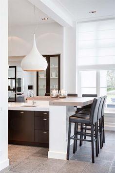 Een mooie, lichte keuken! Volledig in stijl, afgewerkt met transparante raamdecoratie.