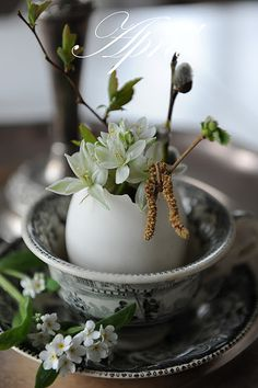 bouquet dans un oeuf (in an egg). So pretty for Easter centerpiece.