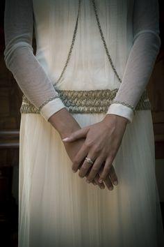 Vestido de novia de aires vintage, manga larga y detalles en pasamanería en plata envejecida, diseño de Carmen Maza