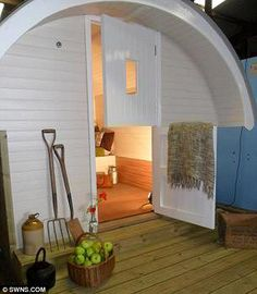 The Pig-Pod concept was dreamed up by Roger Hill, who runs farm holidays on his land near Tiverton, Devon. Via The Daily Mail (15/08/2012).
