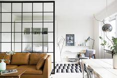 Une chambre séparée par une grande fenêtre.